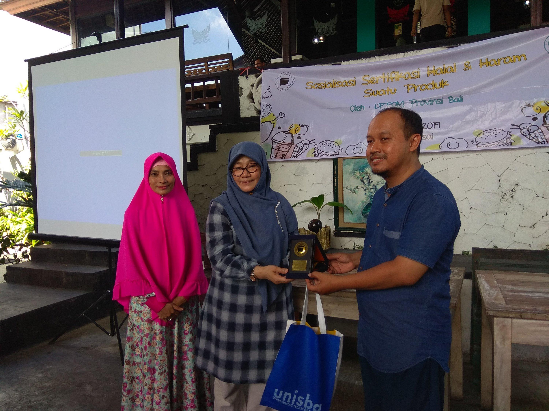 Penyerahan cinderamata dalam kunjungan mahasiswa Unisba ke LPPOM MUI Provinsi Bali